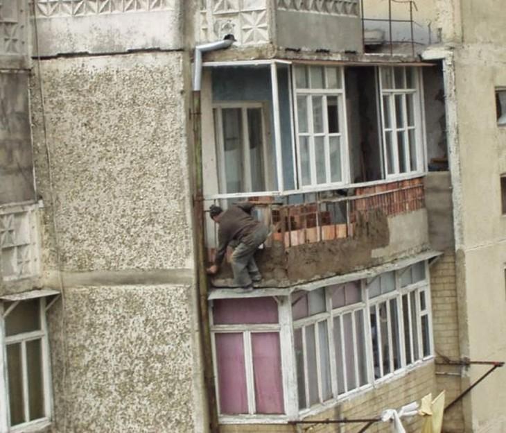 hombre poniendo el enjarre de una de las bardas de las terrazas en los departamentos