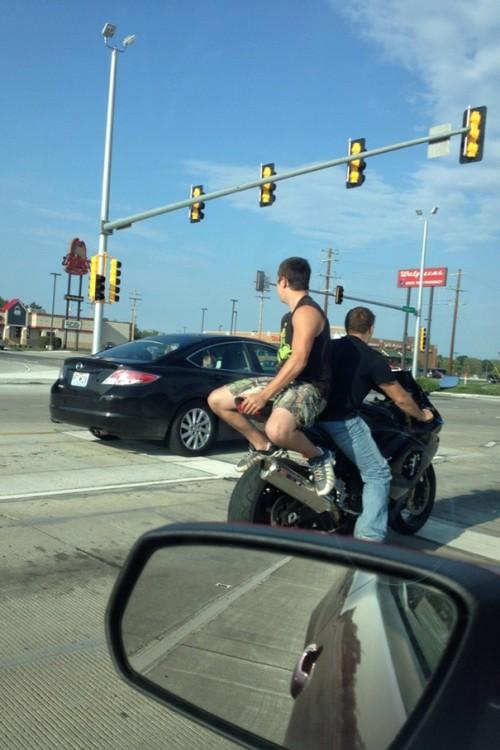 chavos jugando carreritas en una moto