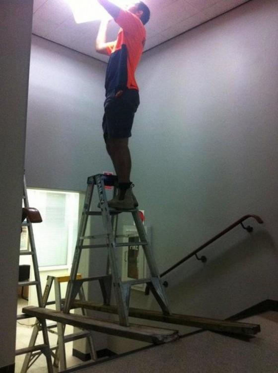 hombre pintando el techo