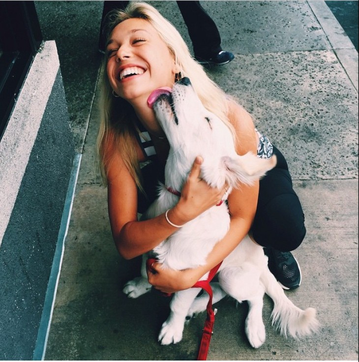 Mujer besando a su perro