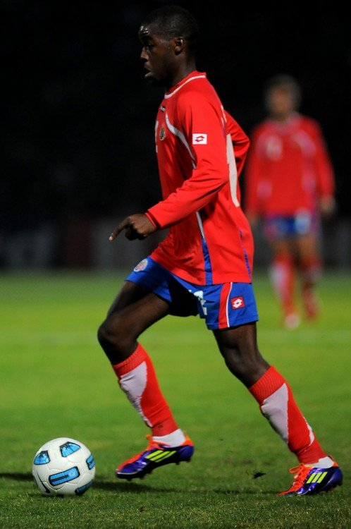 Futbolista boliviano practicando fútbol