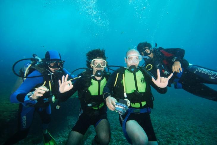 Chicos buceando en la Isla fernando de Noronha, Brasil