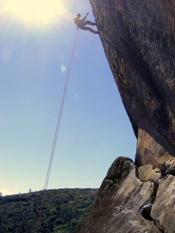 Hombre practicando Rapel Pedra Bonita en Rio de Janeiro Brasil