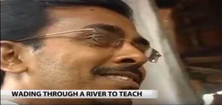 profesor feliz de dar clases en la india pese a las adversidades