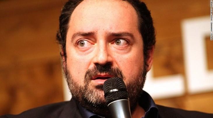 Nevzat Aydin hablando frente a un micrófono