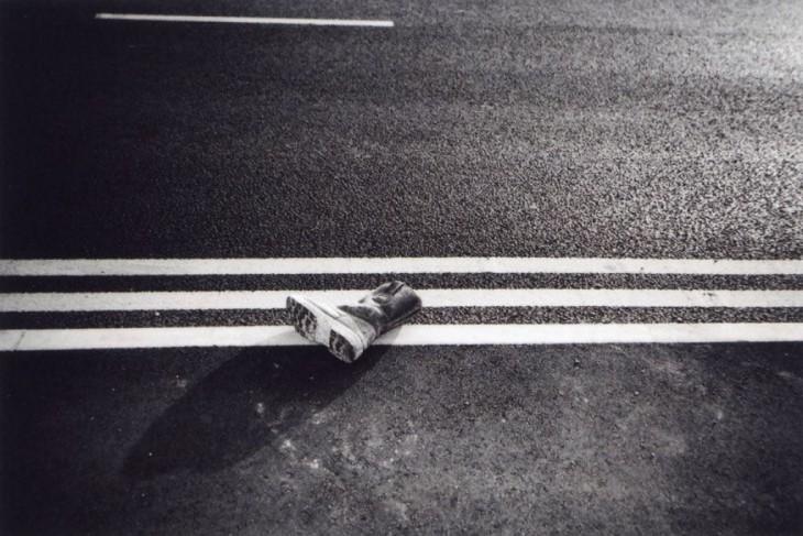 Fotografía de una bota a la mitad de la calle por Ellen Rostant