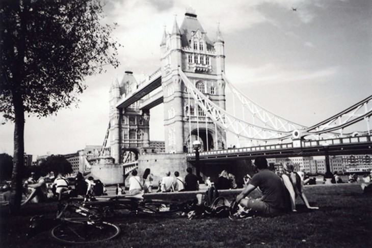 Picnic cerca de una torre en Londres