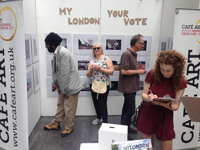 """Personas votando por las fotografías de """"Mi Londres"""""""