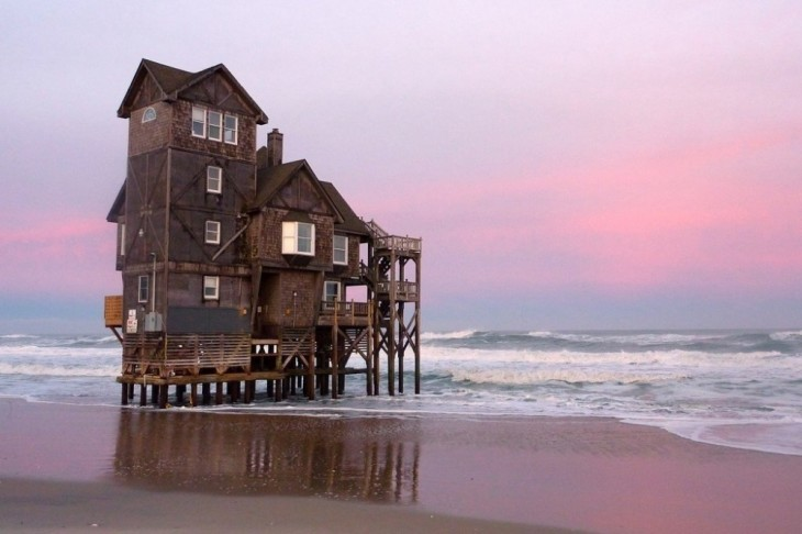 Casa construida a la orilla de un mar
