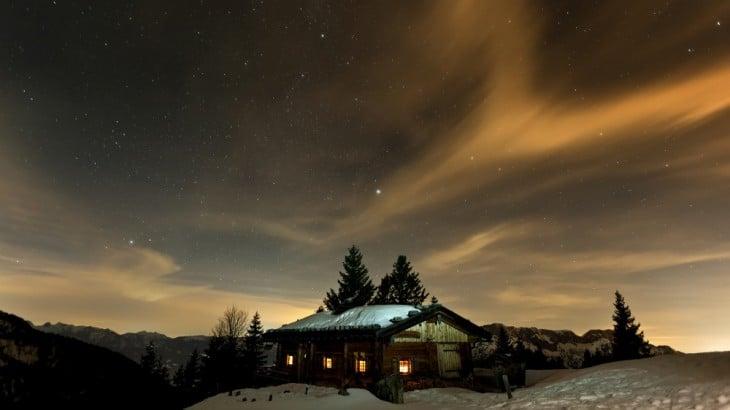 casa solitaria en un ambiente con nieve y de noche