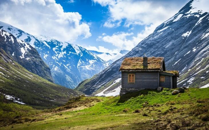 Casa cerca de una montaña en Noruega
