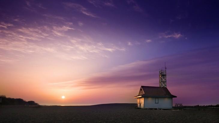 Casa en medio de un paisaje desértico