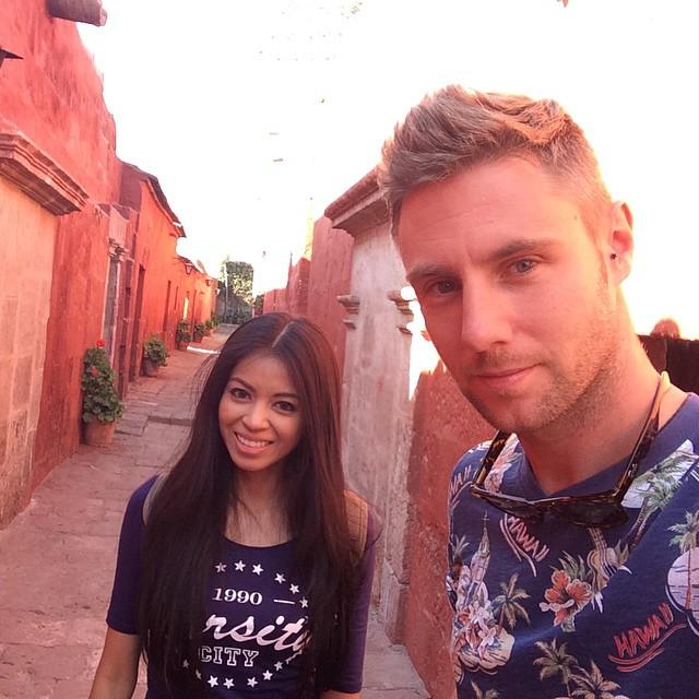 Johnny Ward junto a su novia en medio de una calle