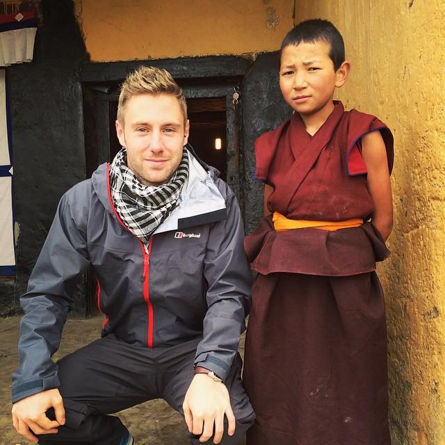 Johnny Ward junto a un chico en uno de sus viajes