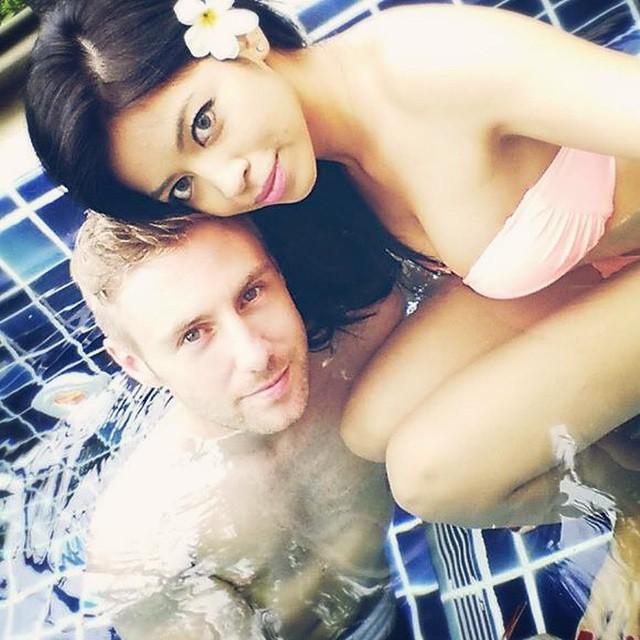 Johnny Ward junto a su bella novia Tailandesa