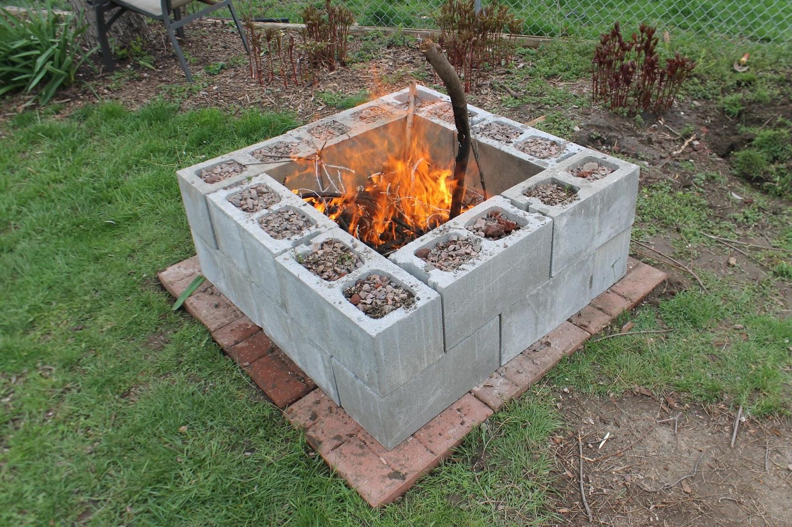 Creativas ideas para adornar tu casa con bloques de cemento for Fogones rusticos en ladrillo