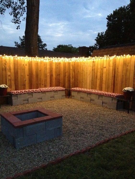 Asientos y una pequeña mesa de centro en un jardín hechas con bloques de cemento