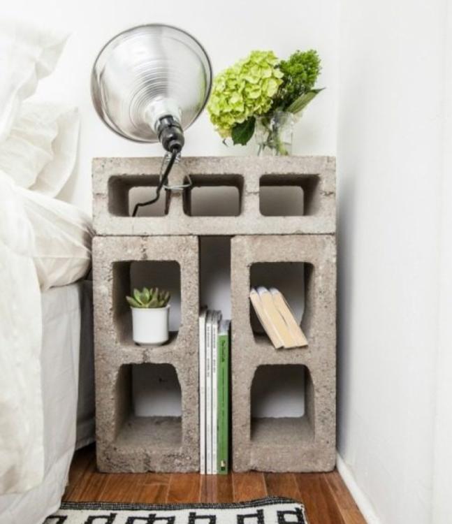 Mesa de noche hecha con bloques de cemento