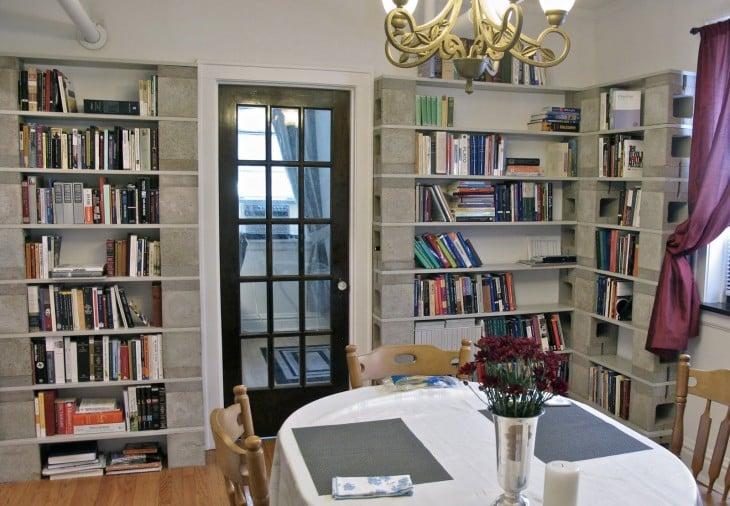 Libreros hechos con bloques de cemento
