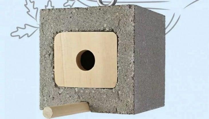 Pajarera de árbol hecha a base de un bloque de cemento