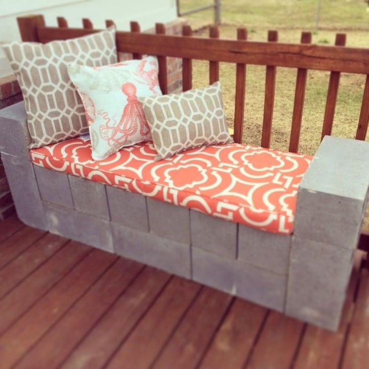 Sofá hecho con bloques de cemento