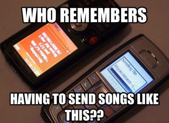 Imagen con dos celulares pasándose canciones vía infrarrojo
