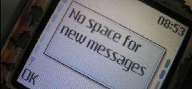 Leyenda en la pantalla de un celular que dice que falta memoria