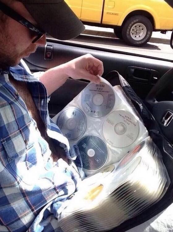 Hombre buscando música en un PortaCDs