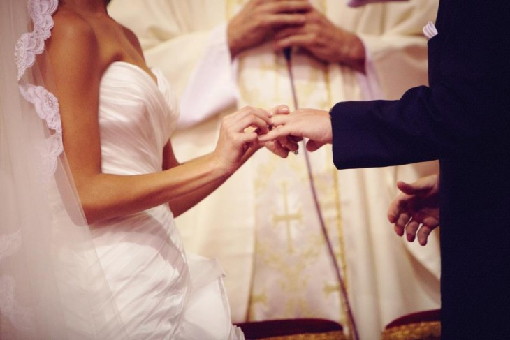 Hombre y mujer recibiendo los votos matrimoniales