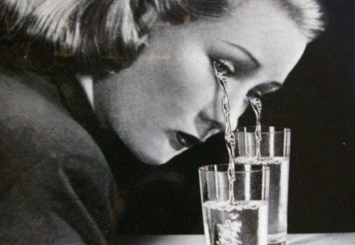 Imagen de una mujer llorando sobre unos vasos