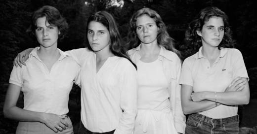 En una de las visitas a la casa de su esposa Bebe Brown, el fotógrafo profesional Nicholas Nixon les pidió a las 4 hermanas Brown que posaran para él a manera de capricho, porque ninguna en ese entonces deseaba ser fotografiada.