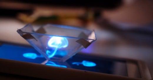 El youtuber Mrwhosetheboss subió un video tutorial a su canal para enseñarnos cómo crear de forma práctica y fácil un proyector en 3D sin tener que gastar un peso, ya que todo lo encontrarás en casa.