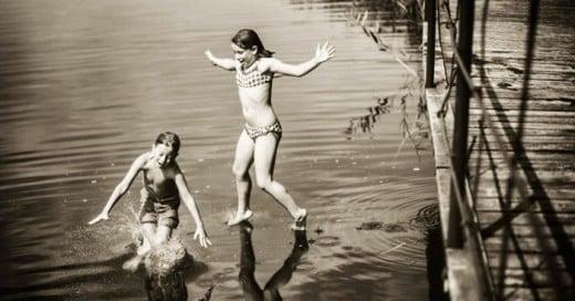 Izabela Urbaniak es una fotógrafa polaca que creó una serie de fotografías con sus hijos llamada Summertime. En ella se muetran vacaciones en el campo, una infancia sin preocupaciones, y la felicidad y alegría que tiene la vida cotidiana.