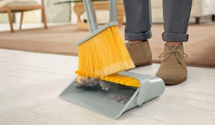 Recogedor con un limpiador especial para escobas