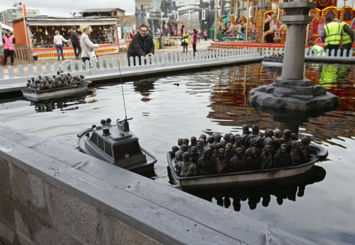 Juego de botes con inmigrantes dentro del parque de diversiones Dismaland