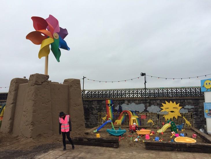 Empleada del parque Dismaland en el área de juegos para niños