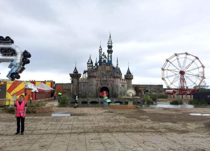Vista general del parque de diversiones y arte Dismaland