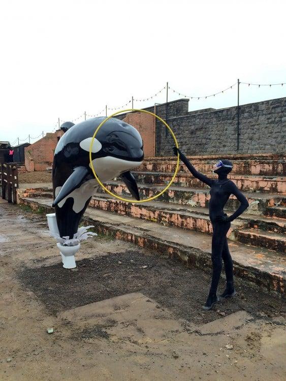 Monumento de una Orca saltando desde un inodoro en el Dismaland