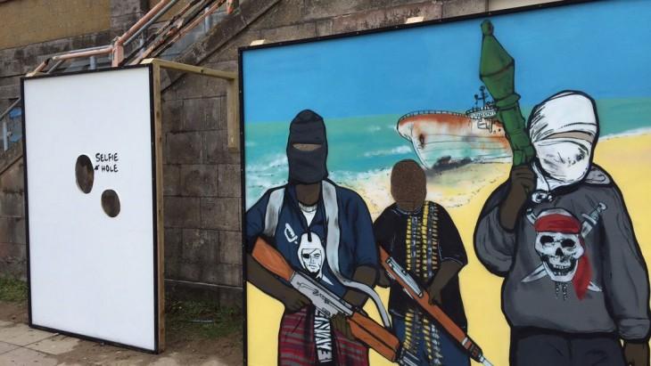 Murales en la entrada del parque de diversiones de Banksy Dismaland