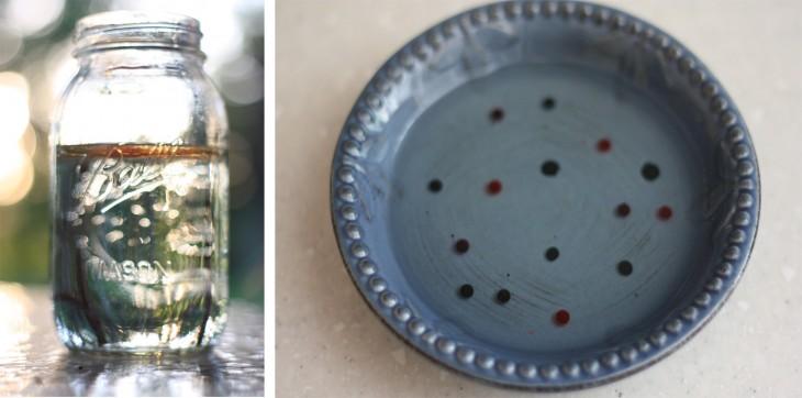 Imagen con un frasco de vidrio con agua y un plato con colorante y aceite