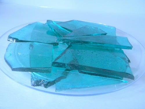 Plato con un caramelo de color azul