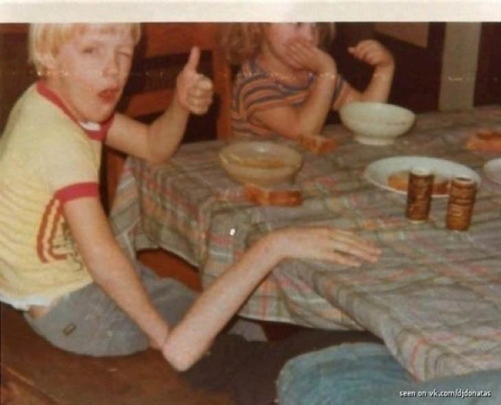 Imagen de personas comiendo en un comedor donde un niño simula tener el brazo muy delgado y largo