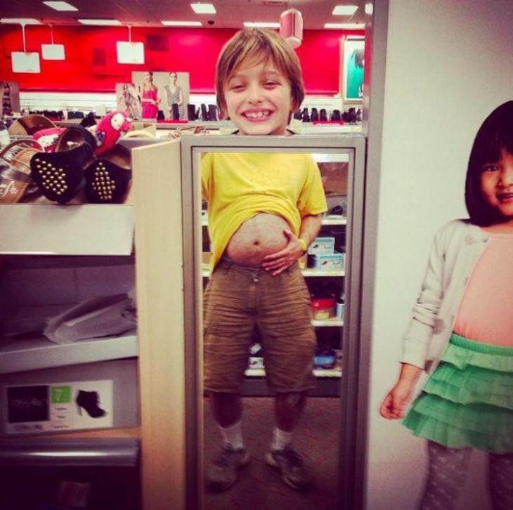 Cara de un niño y frente al espejo tiene cuerpo de hombre