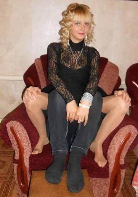 Mujer que sentada en un sillón que parece tener cuatro piernas