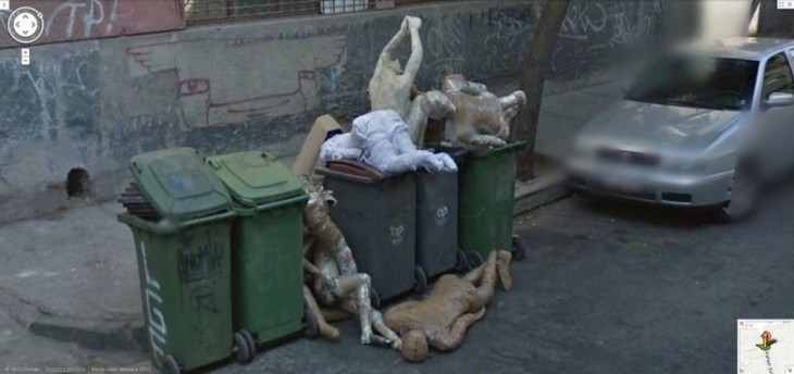 Contenedor de basura con muchos maniquíes dentro