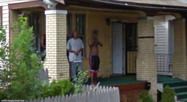 Chico amenazando a la camioneta de Google Street View con una escopeta