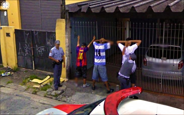 Fotografía de unos policías durante un arresto