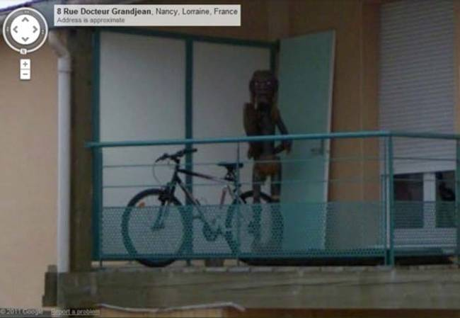 Foto extraña de Google Street View que parece un extraterrestre en el balcón de un departamento
