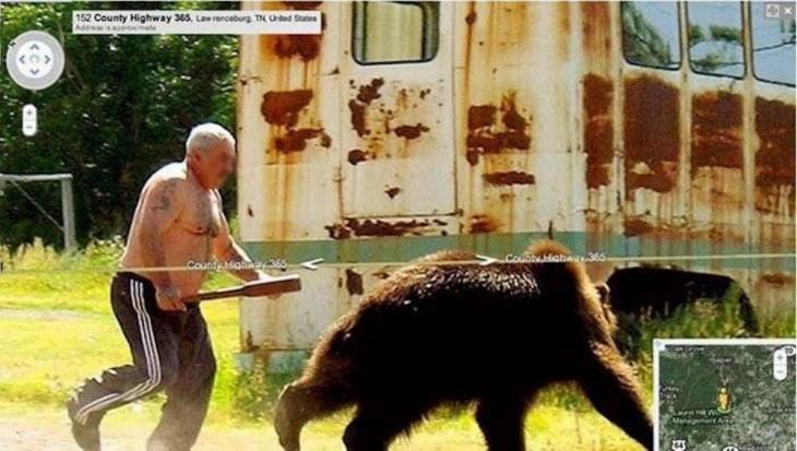 Un hombre ruso persiguiendo a un oso con algo en su mano