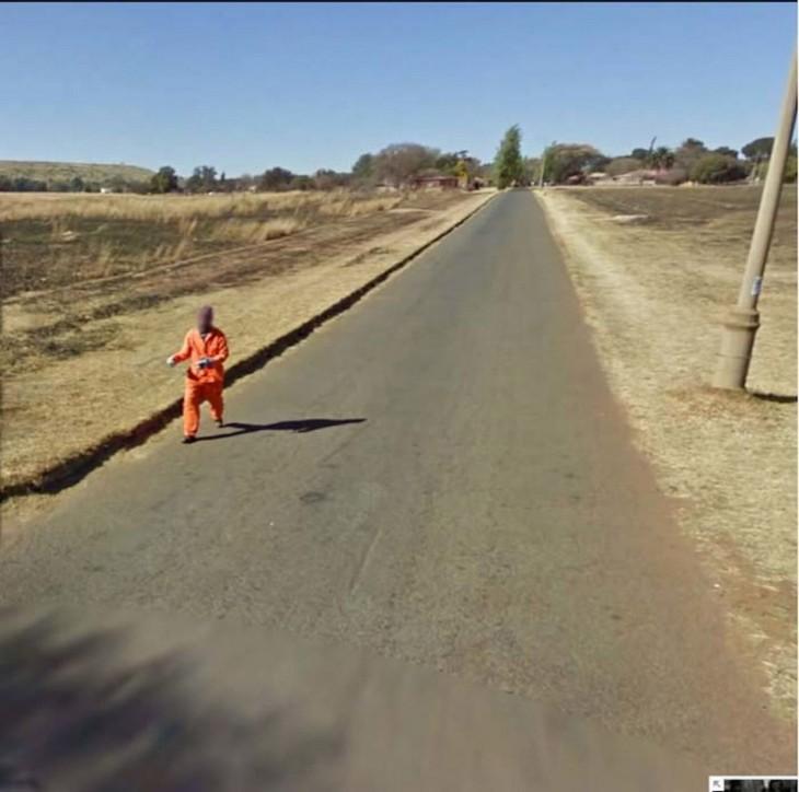 Foto tomada por Google Street View donde un chico parece un preso parece estar escapando